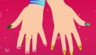 Les ongles manucurés d'une fille