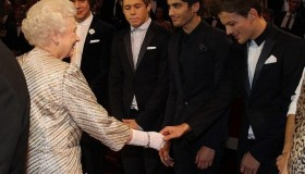 One Direction rencontrent la Reine d'Angleterre!