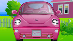 Nettoyer la voiture de Barbie