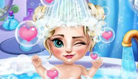 Bébé Elsa prend le bain